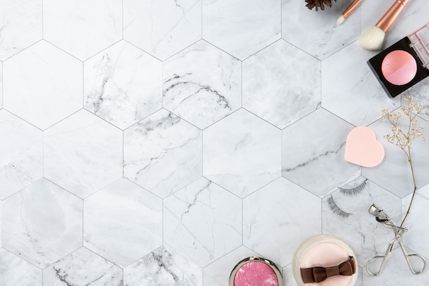 Make up cosmetic flat lay view on the tile marmo bianco aspetto pulito