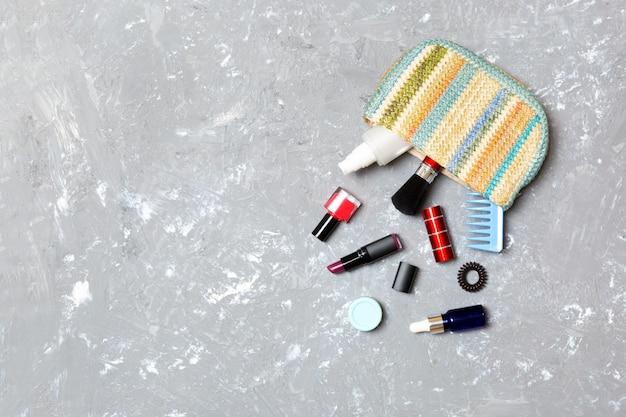 Make up prodotti fuoriuscita dal sacchetto di cosmetici