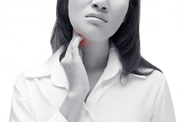 Mal di gola di una donna. toccando il collo. isolato su sfondo bianco
