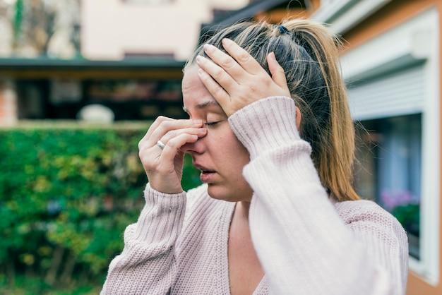 Mal di seno causando mal di testa molto pittorico