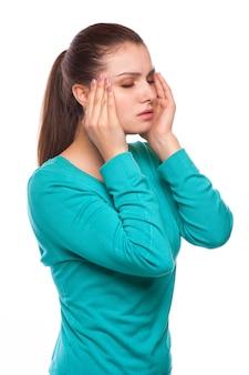 Mal di testa. donna che ha mal di testa. malato. influenza