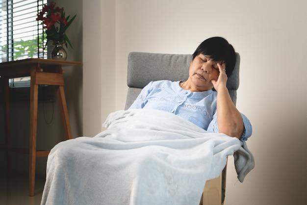 Mal di testa, stress, emicrania della donna anziana, problema sanitario del concetto senior