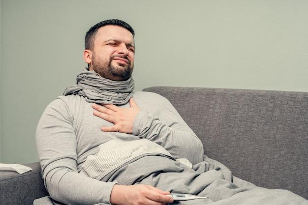 Malattia. esultare a casa. un giovane è malato, viene curato a casa. dolore toracico, difficoltà respiratorie. soffia il naso in un tovagliolo, naso che cola. infezione, epidemia, portatore di bacillo.