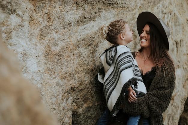 Mamma bruna con la figlia carina