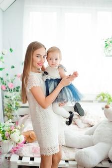 Mamma che abbraccia e bacia la sua piccola figlia