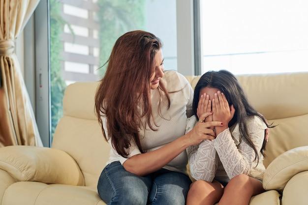Mamma che calma sua figlia
