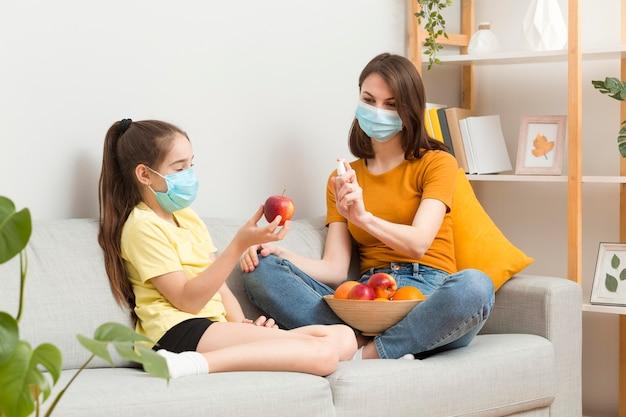 Mamma che disinfetta i frutti prima di mangiare