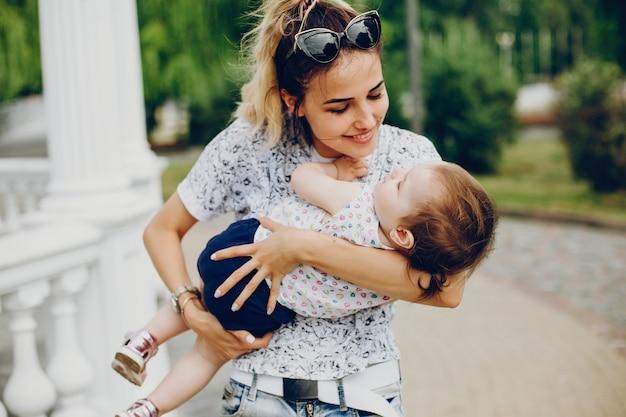 Mamma che riposa con sua figlia