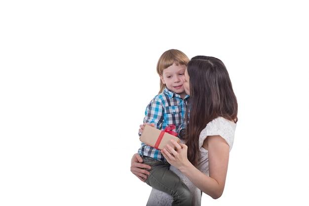 Mamma con figlio e regali