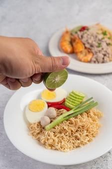 Mamma con uova sode in un piatto bianco.