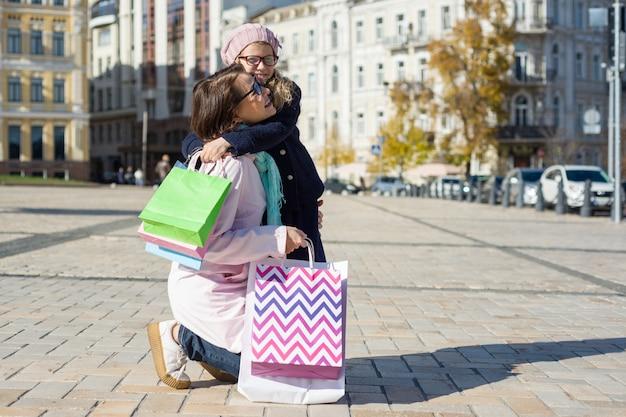 Mamma e bambini fanno shopping felice