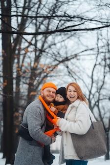 Mamma e bambino del papà nel parco in inverno