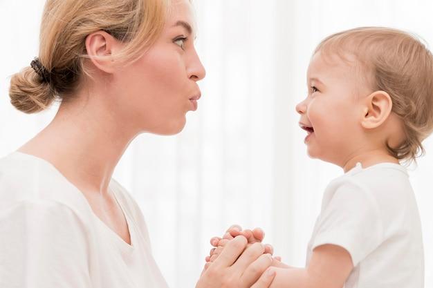 Mamma e bambino si divertono