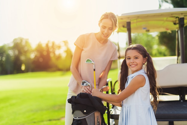 Mamma e bambino su un campo da golf relazioni familiari.