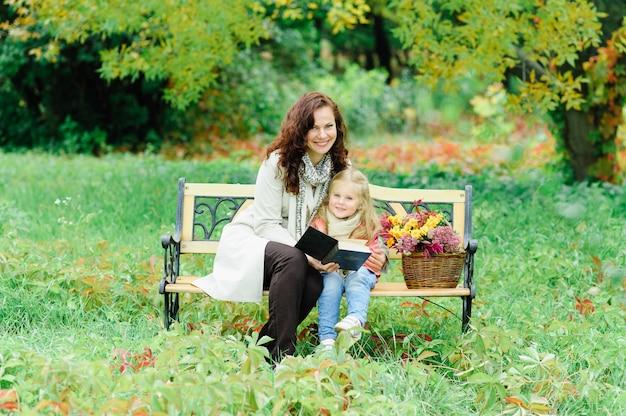 Mamma e figlia a fare un picnic