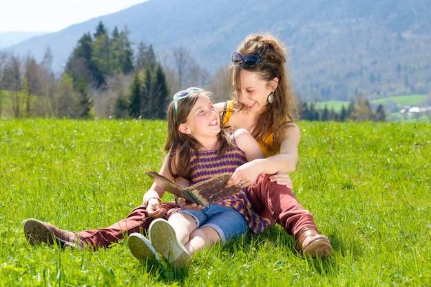 Mamma e figlia che leggono un libro