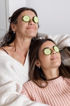 Mamma e figlia con maschera per gli occhi