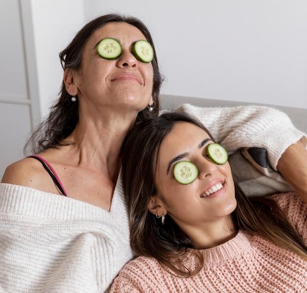 Mamma e figlia dell'angolo alto con la maschera di occhi