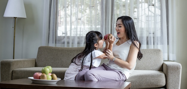 Mamma e figlia fanno attività divertenti.