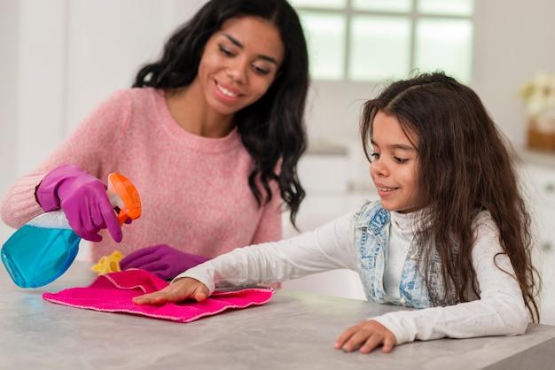 Mamma e figlia pulizia casa