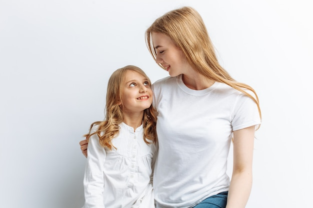 Mamma e figlia si guardano, famiglia felice, carina e bella