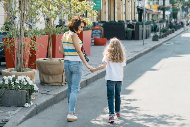 Mamma e figlia stanno camminando