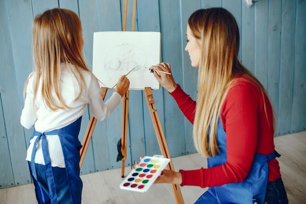 Mamma e figlia stanno disegnando