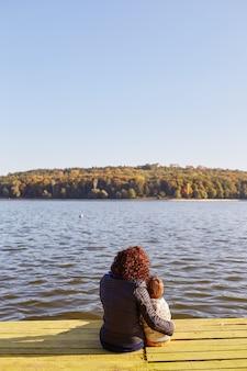 Mamma e figlio che riposano sul lago
