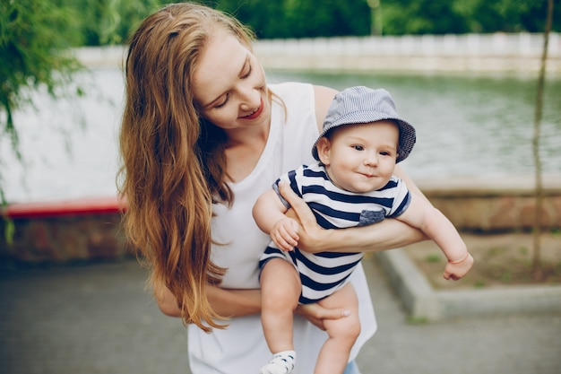 Mamma e figlio si rilassano nel parco e camminano intorno al fiume.
