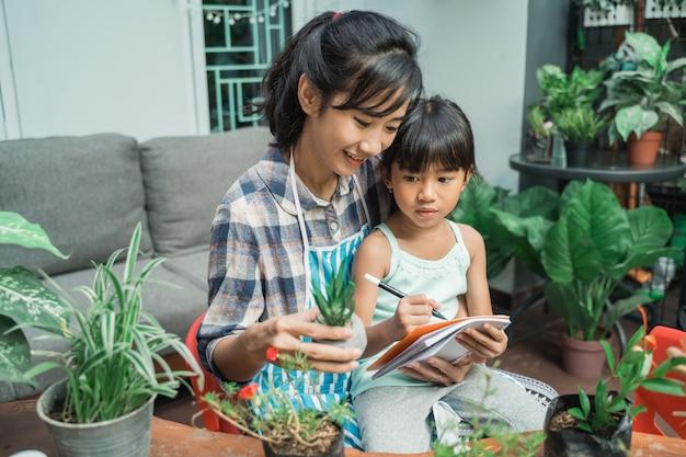 Mamma e suo figlio studiano sulle piante