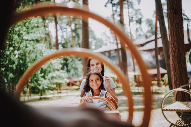 Mamma felice e figlia su altalena happy childhood