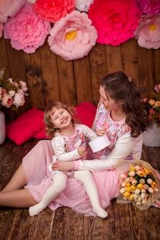 Mamma felice e il suo bouquet di fiori per bambini