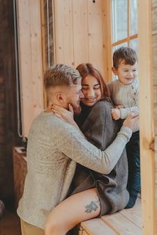 Mamma, papà e figlio piccolo trascorrono del tempo insieme