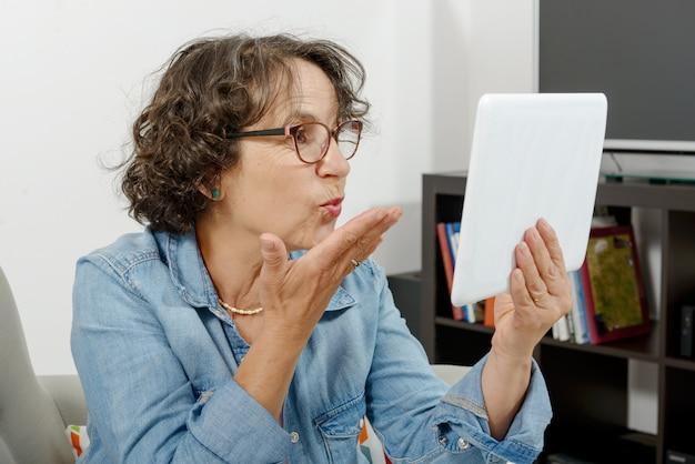 Mamma sta effettuando una chiamata in remoto su internet