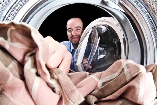 Man carico lavatrice