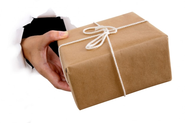 Man mano che trasporta pacchetto posta
