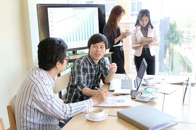 Man mano digitando tastiera laptop mano. compagni di lavoro di ufficio moderni di team working startup di affari
