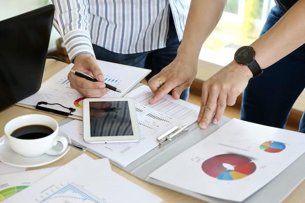 Man mano digitando tastiera laptop mano. ufficio moderno di team working startup di affari