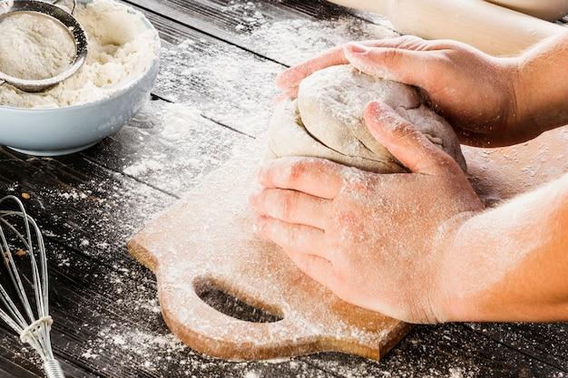 Man mano impastare farina con farina di frumento