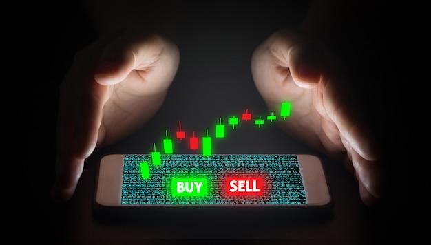 Man mano utilizzando smartphone trading con schermo virtuale.