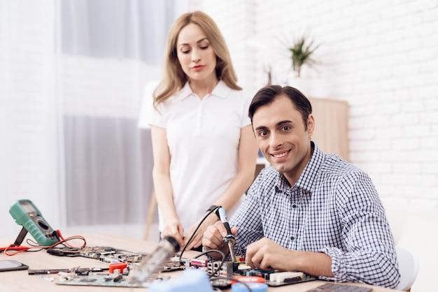 Man master repairing appliances a casa e donna