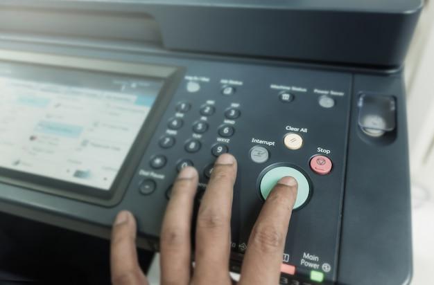 Man touch startup copiando la carta da fotocopiatrice