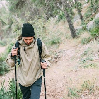Man trekking in natura