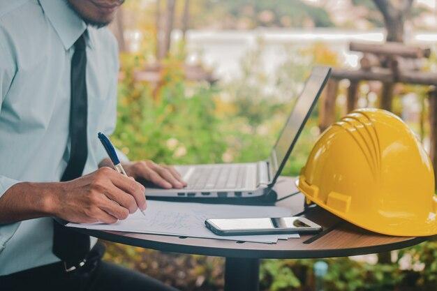 Man uso del computer portatile a casa forma di lavoro per la nuova distanza sociale normale