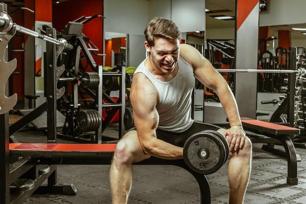 Man workout nella palestra locale