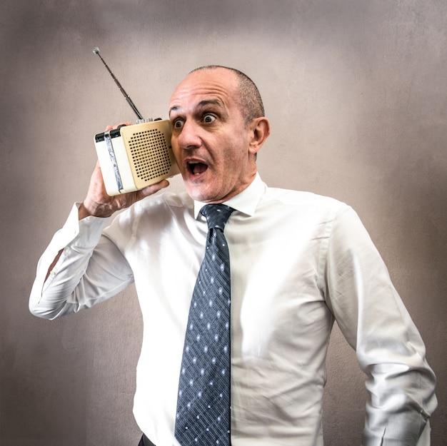 Manager che ascolta la radio facendo strane espressioni