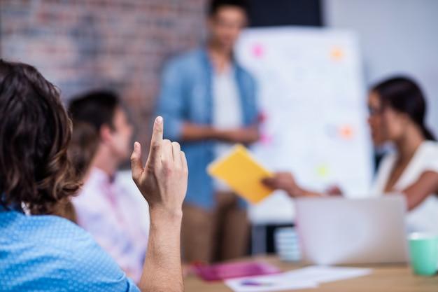 Manager che conduce un incontro con un gruppo di designer creativi