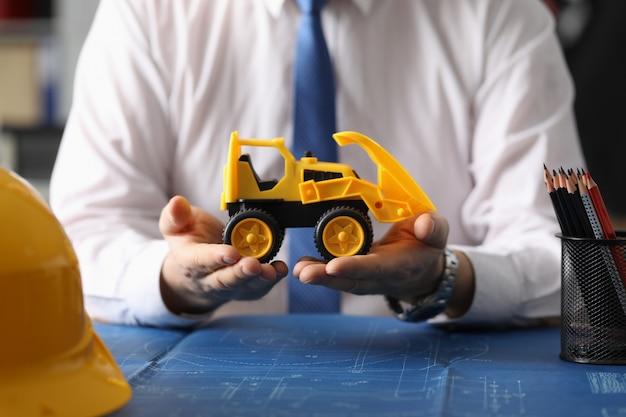 Manager che vende auto