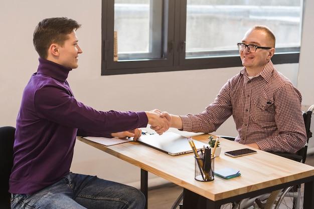 Manager congratulandosi con il lavoratore disabile