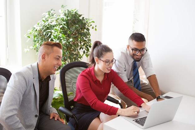 Manager ottimisti che analizzano le previsioni di vendita